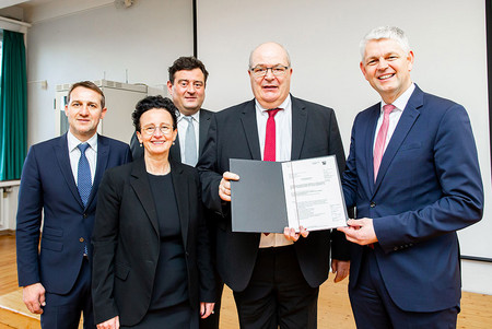 v. li.: Burkhard Häger (Leiter Eduard-Spranger-Berufskolleg), Bildungsdezernentin Dr. Britta Obszerninks, Schulstaatssekretär Mathias Richter, OB Thomas Hunsteger-Petermann, Wirtschaftsstaatssekretär Christoph Dammermann