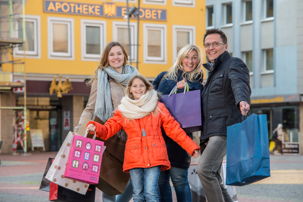 Familie beim Shopping